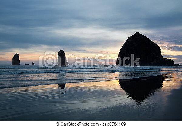 Haystack rock sobre cañón de playa - csp6784469
