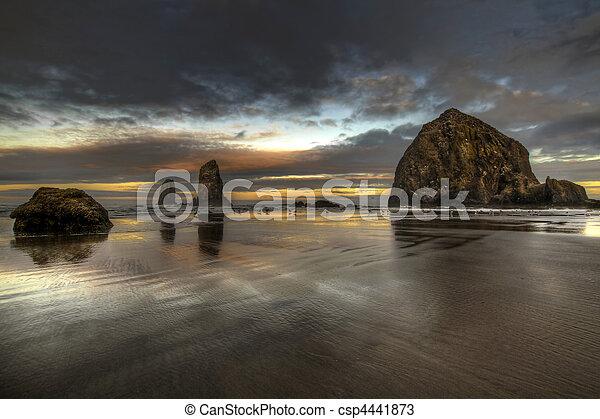 Al amanecer en la roca del pajar en la playa de los cañones - csp4441873