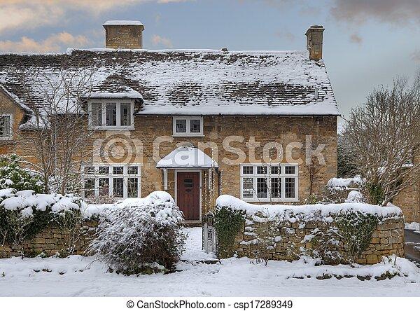Cotswold chalet en la nieve - csp17289349