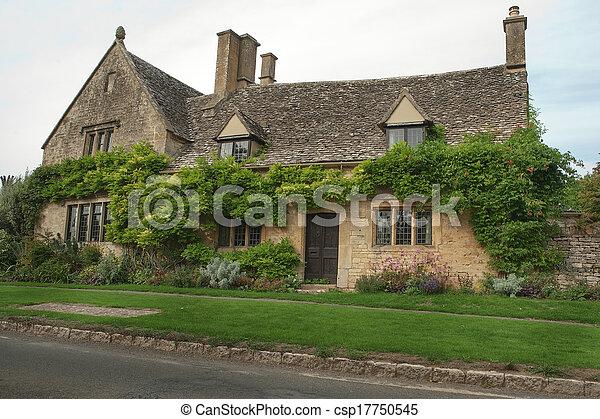 Una cabaña de piedra en el bosque, Inglaterra - csp17750545