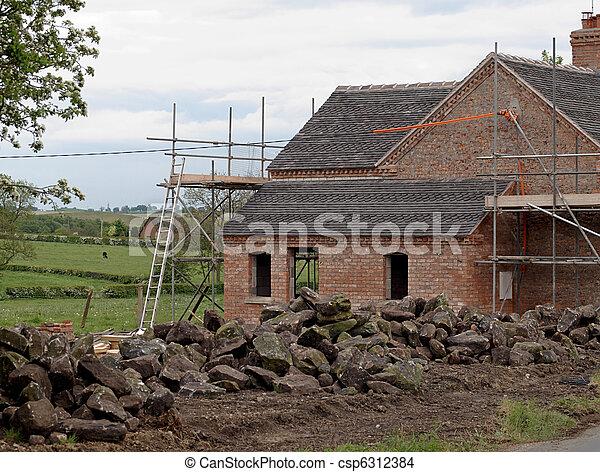 La vieja casa de campo bajo renovación - csp6312384