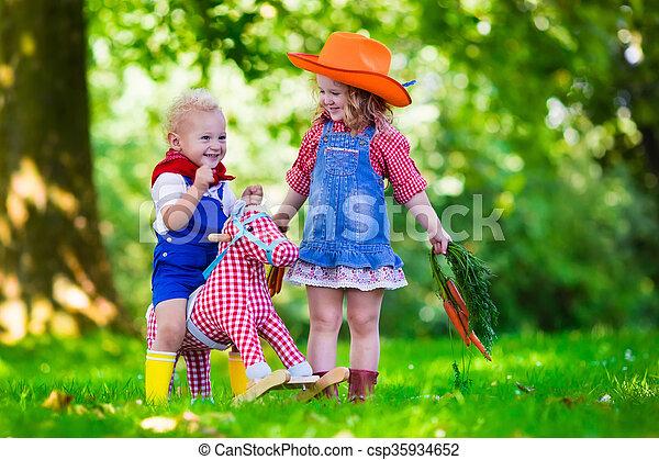 Niños Vaqueros Jugando Con Un Caballo De Juguete Niño Y