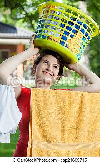 cabeça, mulher, lavanderia, dela, segurando, cesta - csp21603715