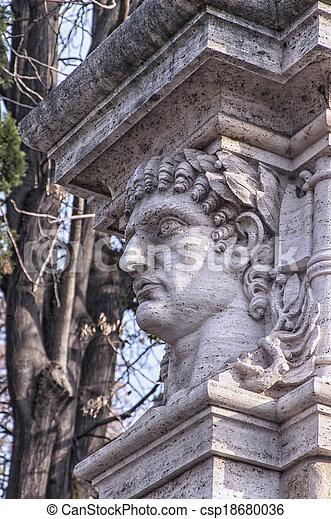La estatua del emperador - csp18680036