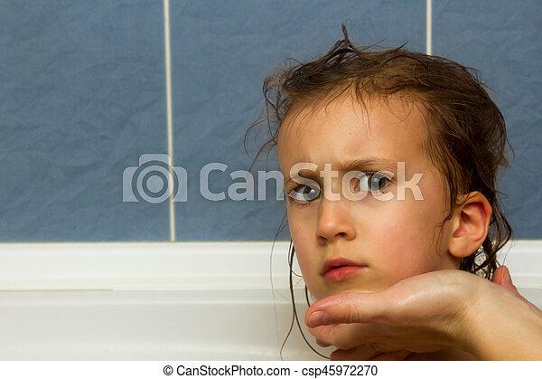 Las manos de mamá lavando la cabeza de la niña en el baño. El símbolo de la pureza y la educación de la higiene. - csp45972270