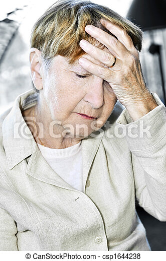 Mujer mayor sosteniendo la cabeza - csp1644238