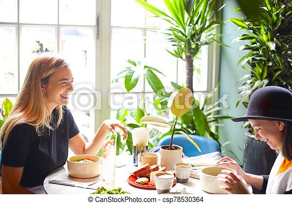 café, almuerzo, feliz, niñas, reunión, joven - csp78530364