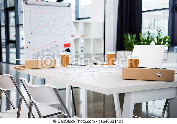 Café bureau moderne ordinateur portable papier lieu travail