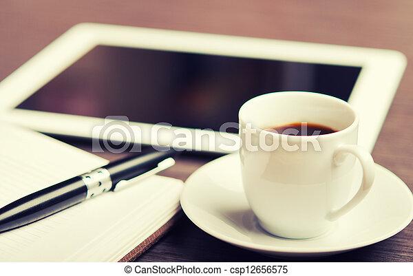 café, escritório, desk:, boné, local trabalho, pc, caneta, caderno, tabuleta - csp12656575