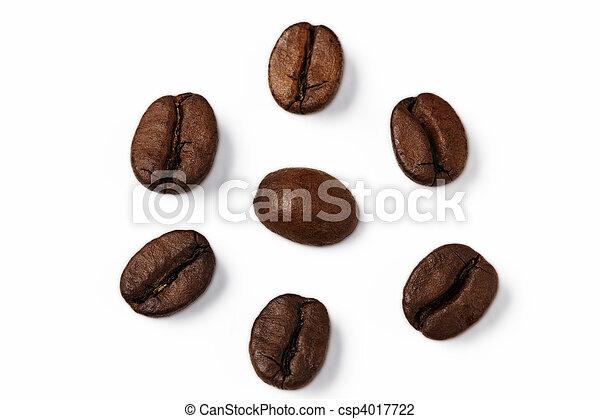 Cerca de un grano de café rodeado de otros granos de café - csp4017722