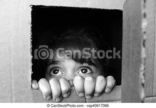 caixa, pequeno, amedrontado, rosto, peeking, menina, papelão, saída - csp40617066