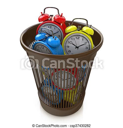 Un concepto de pérdida de tiempo: relojes de alarma en el contenedor de basura - csp37430282