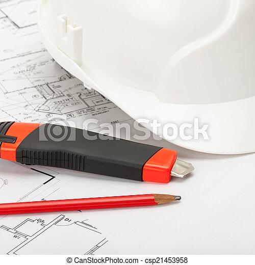 Casco de construcción blanco con un lápiz y un cuchillo de carnicero de caja - csp21453958