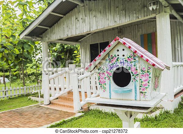 Colorida caja de anidación de madera - csp21278372
