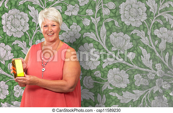Una anciana sosteniendo la caja - csp11589230