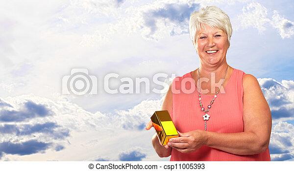 Una anciana sosteniendo la caja - csp11005393