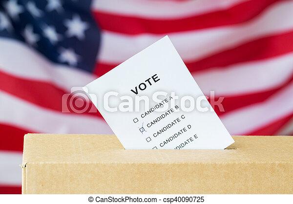 Voto insertado en la sala de votación en las elecciones - csp40090725