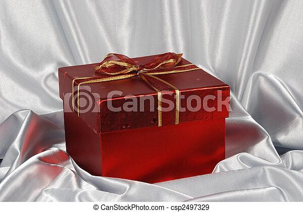 Caja de regalos rojos en el fondo de satén blanco - csp2497329