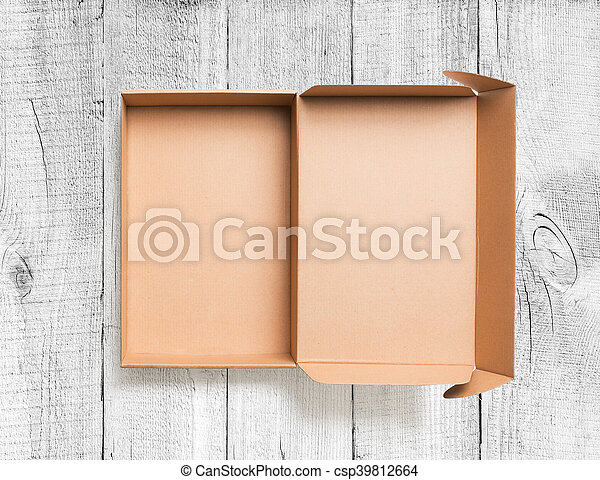 Una caja de cartón abierta con vista de fondo de madera - csp39812664