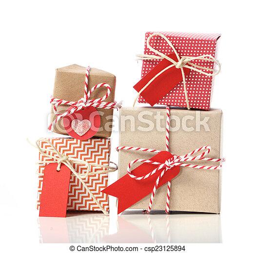 Una pila de cajas de regalos manuales - csp23125894