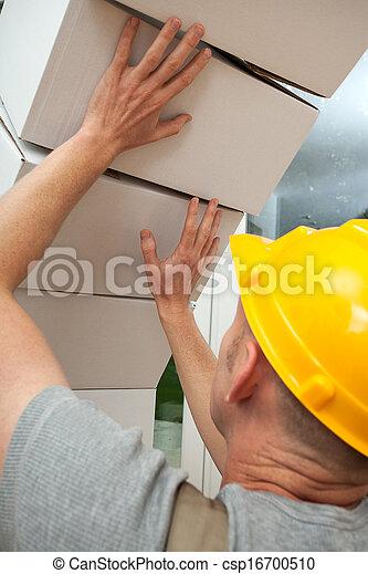 Cajas cayendo sobre el trabajador - csp16700510