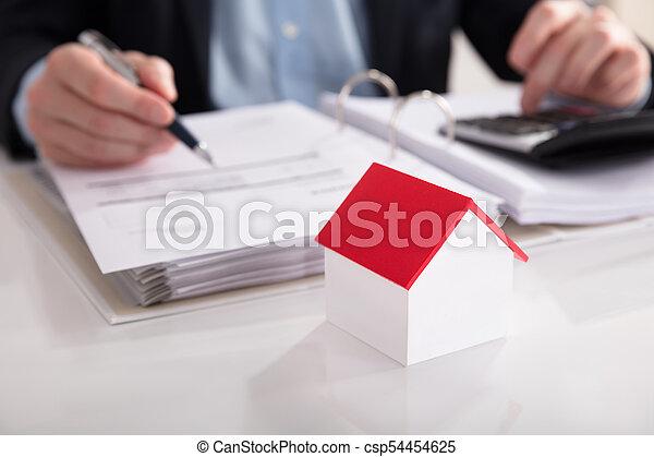 Modelo de casa frente a la cuenta de cálculo de empresarios - csp54454625