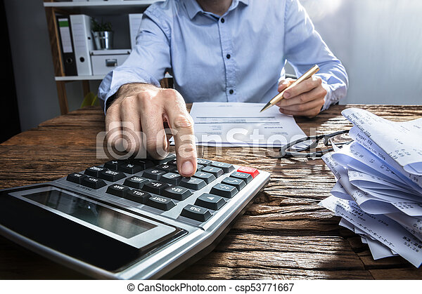 Empresario calculando la factura con calculadora - csp53771667