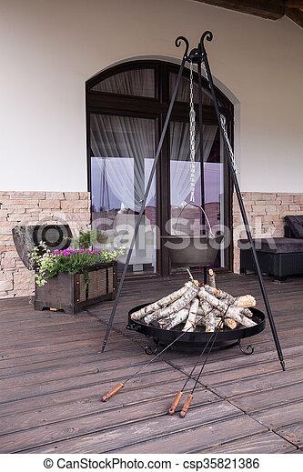 Tetera de hierro fundido en la terraza - csp35821386