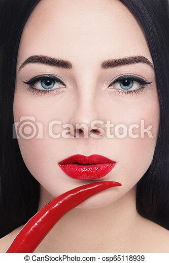 Labios calientes - csp65118939