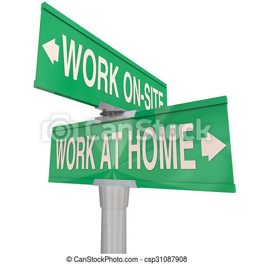 Trabajo en casa vs en el sitio dos señales de carretera de dos caminos - csp31087908