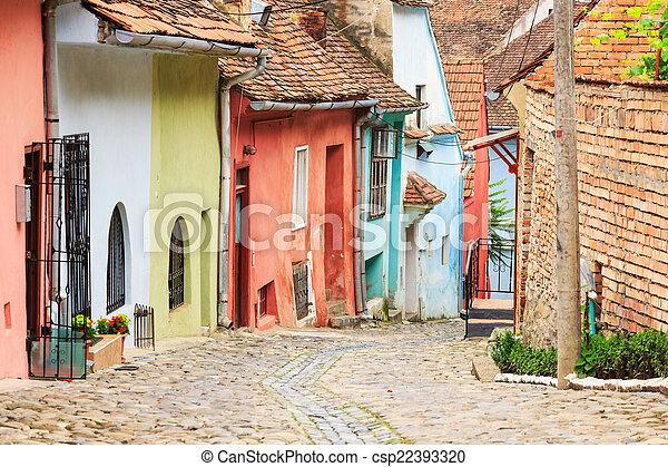Vista medieval en la calle de Sighisoara fundada por los colonos sajones - csp22393320