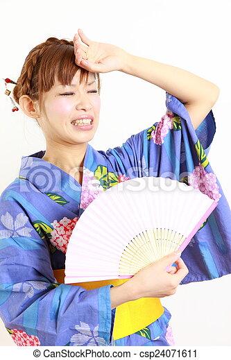 La mujer sufre de un calor intenso - csp24071611