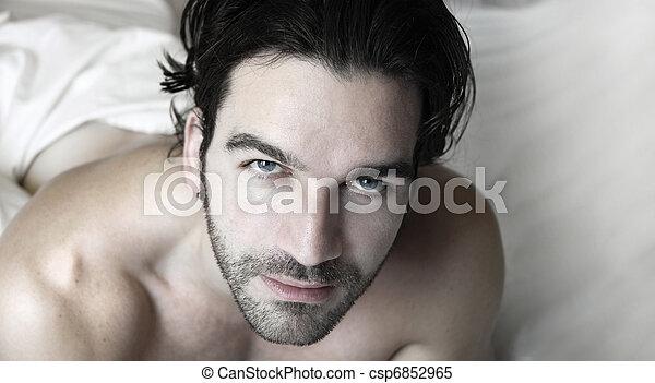 Hombre en la cama - csp6852965