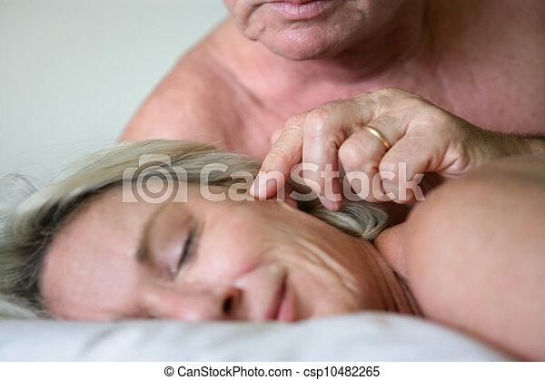 Los mayores en la cama - csp10482265