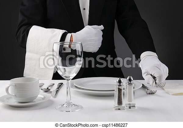 Mesero preparando mesa formal - csp11486227