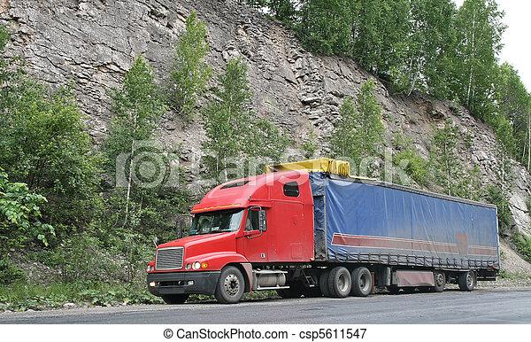 Un camión de remolque rojo - csp5611547