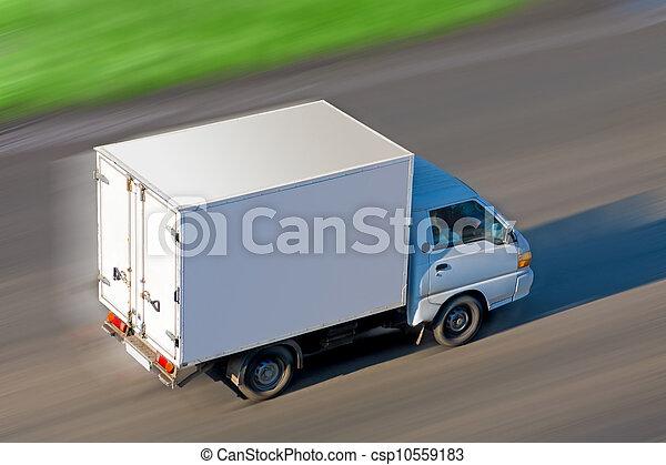 El camión se mueve en la carretera - csp10559183