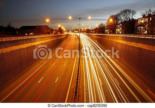 Camino de tráfico por la noche - csp8235390