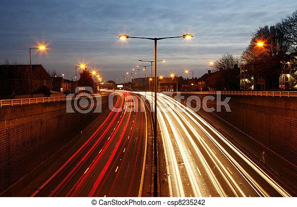 Camino de tráfico por la noche - csp8235242