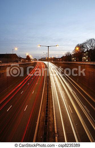 Camino de tráfico por la noche - csp8235389