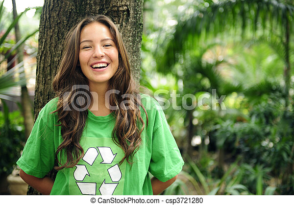 activista ambiental en el bosque usando camiseta reciclada - csp3721280
