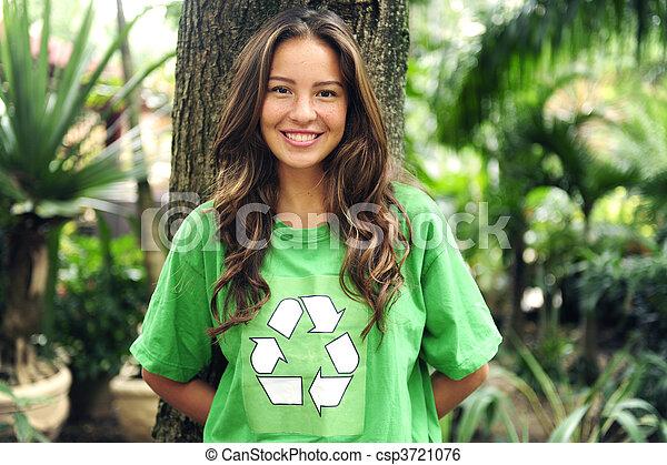 activista ambiental en el bosque usando camiseta reciclada - csp3721076