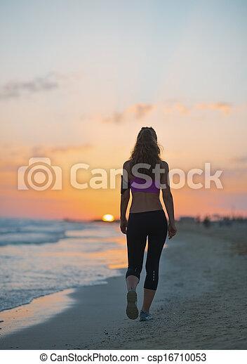 camminare, donna, crepuscolo, giovane, idoneità, spiaggia, vista posteriore - csp16710053