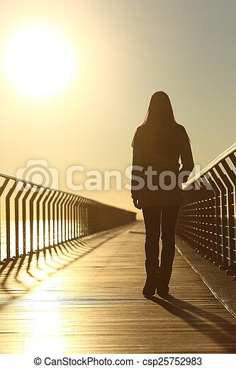 camminare, donna, silhouette, triste, tramonto, solo - csp25752983