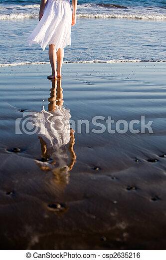 camminare, donna, spiaggia - csp2635216