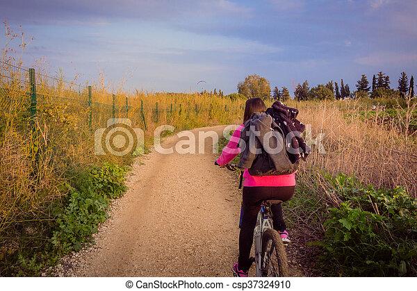 campagne, équitation, femme, vélo - csp37324910