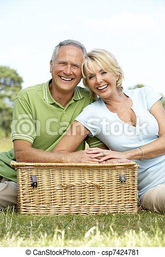 campagne, couple, pique-nique, avoir, mûrir - csp7424781