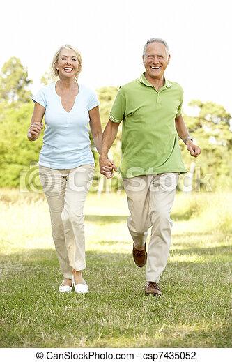 campagne, marche couples, mûrir - csp7435052
