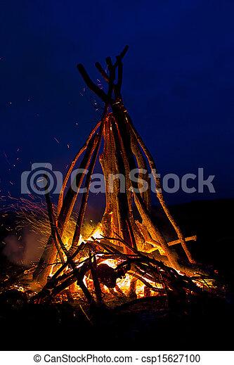 Una fogata en la noche - csp15627100