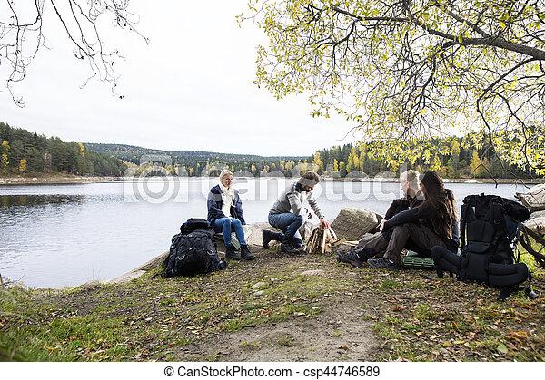 camping, lakeside, regarder, préparer, amis, feu, homme - csp44746589